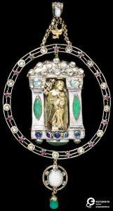 John Paul Cooper, hanger, 1906. Collectie Victoria and Albert Museum, M.30-1972, goud, zilver, robijnen, chrosophraas, saffier, aquamarijn, opaal