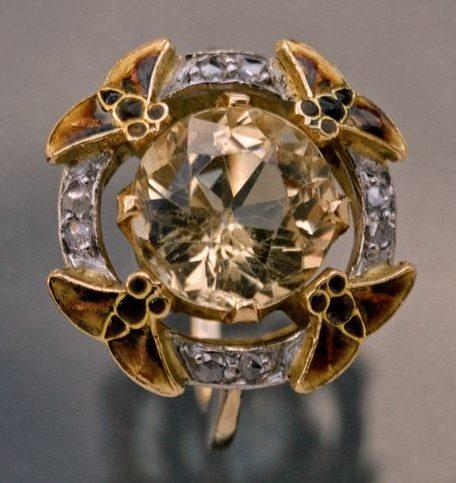 Eugène Feuillâtre, ring, circa 1900. Foto David & Sonya Newell-Smith, goud, email, topaas, diamant