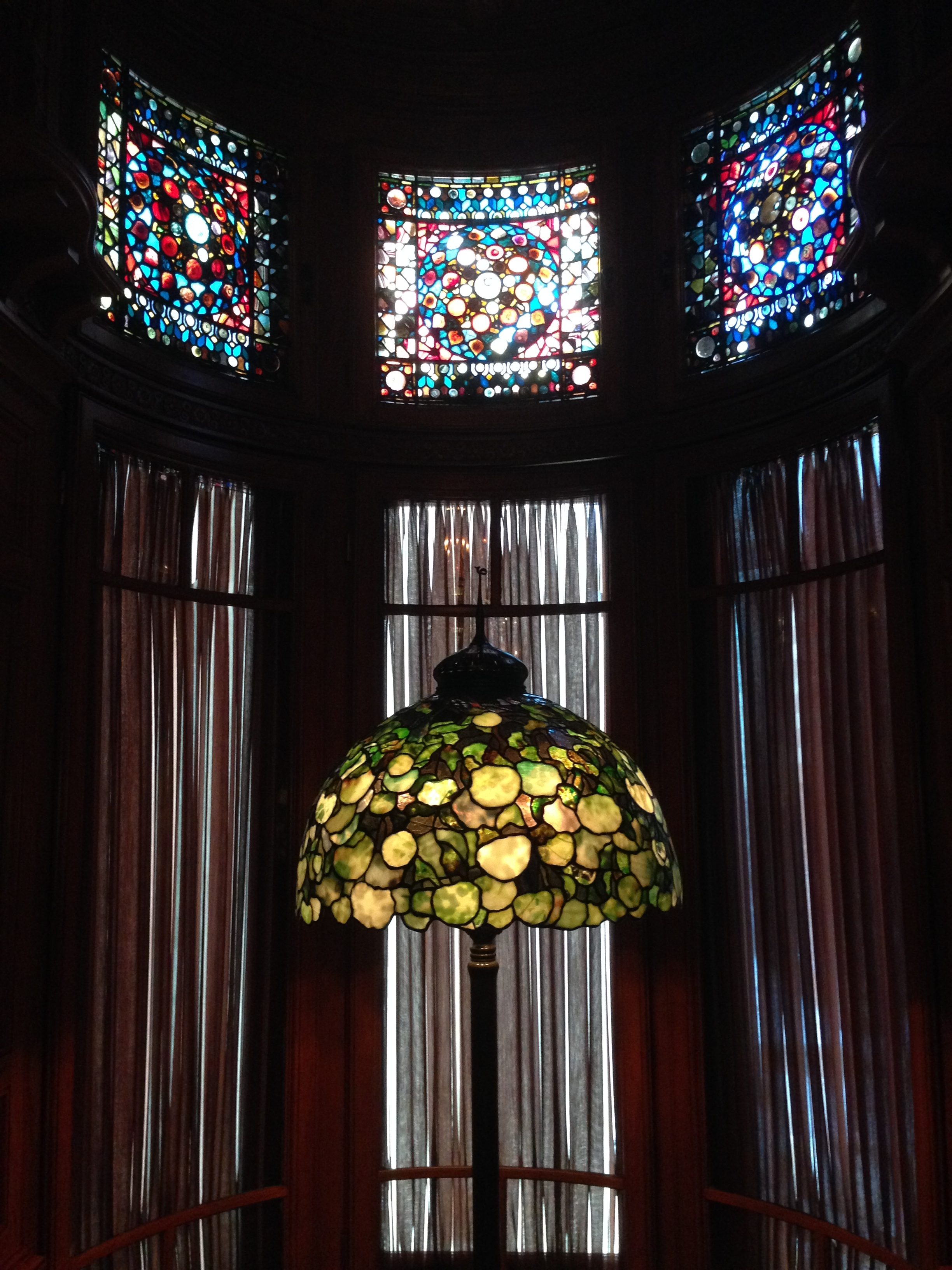 Richard H. Driehaus Museum, Chicago, 2014. Foto Victorgrigas, glas in lood, lamp