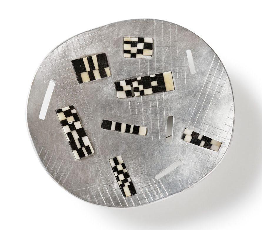 Ann Schmalwaßer, Am See, broche, 2013, aluminium, ebbenhout, tagua noot