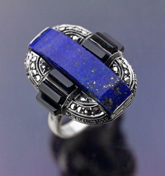 Gustav Braendle, Theodor Fahrner Nachf., ring, circa 1929. Foto David & Sonya Newell-Smith, zilver, lapis lazuli, onyx, markasiet