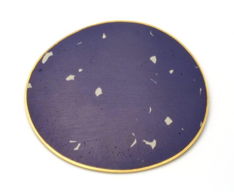 John Iversen, Blue Enamel Pin, broche, 1989, email, goldplated koper