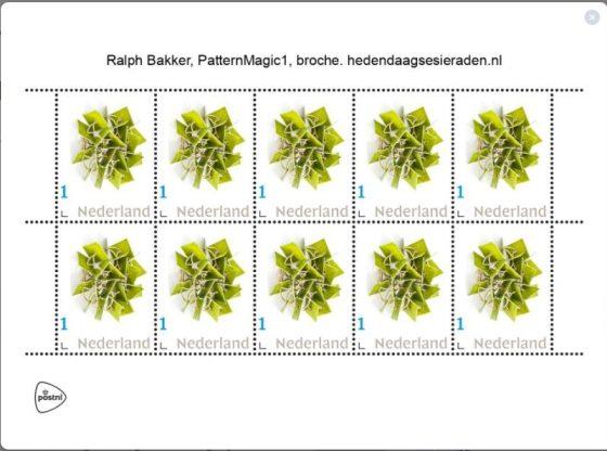 Postzegels, 2021 met broche PatternMagic1 van Ralph Bakker uit 2014. Foto Esther Doornbusch