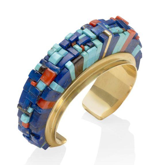 Charles Loloma, armband, circa 1975. Collectie Jill & Byron Crawford. Foto Bonhams, goud, lapis lazuli, koraal, turkoois, hout