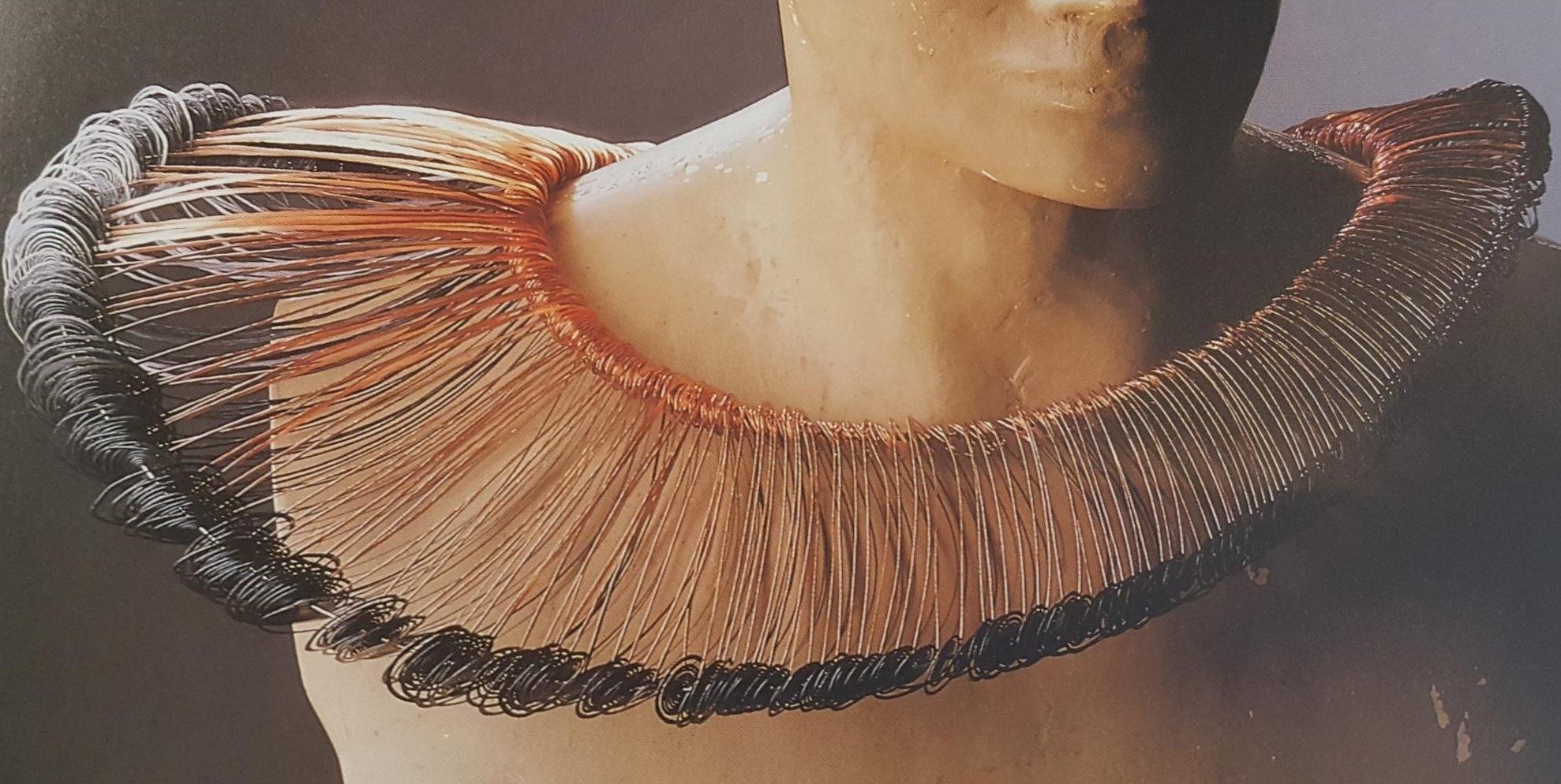 Laura Bakker, halssieraad. Sieraad en Mode - tien jaar Galerie Beeld & Aambeeld, 1989. Foto Galerie Beeld & Aambeeld, ijzer, koper