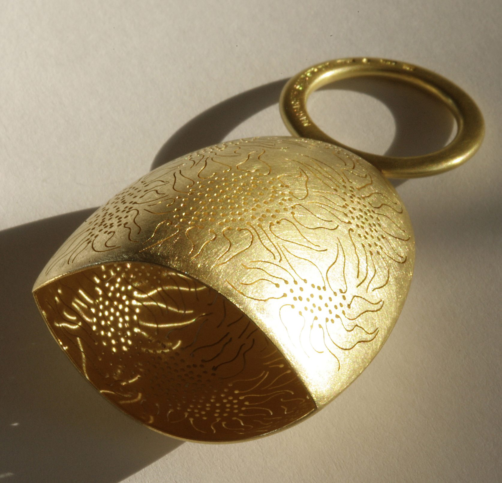 Margareth Sandström, ring, 2008. Remember-ring. Foto Galerie Beeld & Aambeeld, goud
