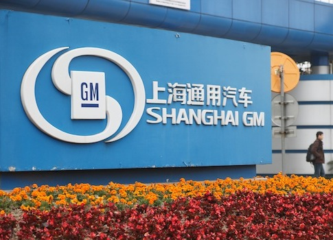 --File--A man walks past the auto plant of Shanghai GM in Shanghai, China, 6 April 2010. General Motors Co, the biggest foreign automaker in China, said deliveries in the nation rose 15 percent last month, led by demand for its Wuling minivans. Deliveries of cars and minivans rose to 199,503 units in July, according to a statement on the automakers website. Sales at SAIC-GM-Wuling Automobile Co, the venture that makes Wuling mini-commercial vehicles, climbed 27 percent to 98,694 units last month, according to the statement. GM said on August 2 net income margins in China fell in the second quarter as a significant share of its sales growth came from less-profitable mini-commercial vehicles that include the Wuling minivan, whose retail price starts at 34,000 yuan (US$5,336). For the first seven months, GMs total sales to dealerships rose 12 percent to 1.62 million units.