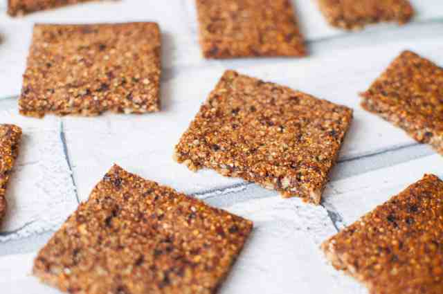 Clean eating energy bars recipe made with only 3 ingredients. Simple, delicious, nut free and easy to make. Brilliant for runners or packed lunches #vegan #3ingredients #cleaneating #healthy