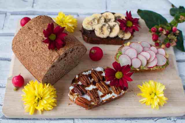 Clean eating wholemeal bread recipe made only with few ingredients. Perfect to serve with with a layer of nut butter and your favourite cuppa #veganbread #easybread