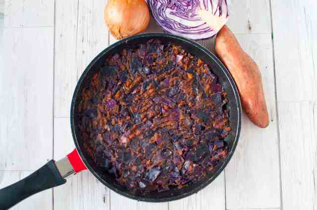 Clean eating sweet potato cabbage hash recipe made only with 6 ingredients. Wholesome, nutritious, filling and deliciously tasty too. #veggie #vegetarian
