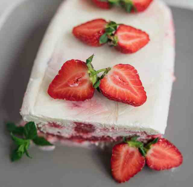 Clean eating semifreddo recipe made with yoghurt, fresh strawberries and coconut milk. This is much lighter than the traditional version, yet still tasty.