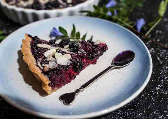 Clean, simple and healthy blackberry tart recipe made with a handful of ingredients that you already have in your cupboard. Gluten and dairy free too!