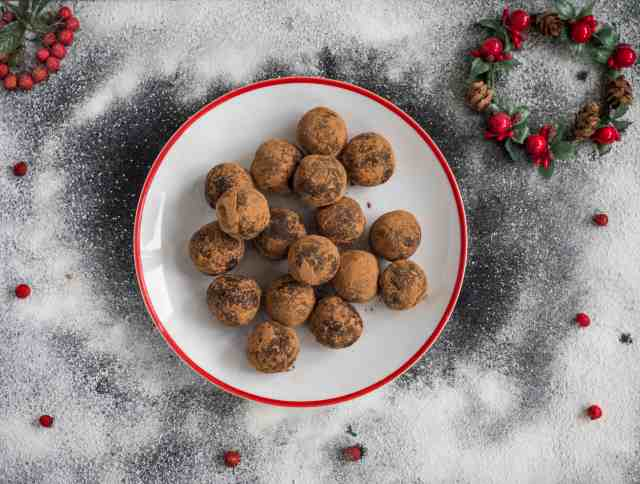 Clean eating carob truffles recipe made with only 4 ingredients. No baking needed, just a blender and some rolling balls power. Dairy and gluten free. #vegan #carobrecipes #truffles #dairyfree #glutenfree