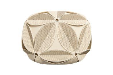 Ikozaedrična struktura modnega dodatka temelji na obliki nogometne žoge