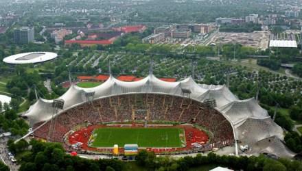 Olimpijski stadion v Münchnu lahko sprejme skoraj 70.000 ljudi. Po bombnem napadu v II. svetovni vojni je bil obnovljen. Rekonstrukcija predstavlja novo, demokratično Nemčijo.