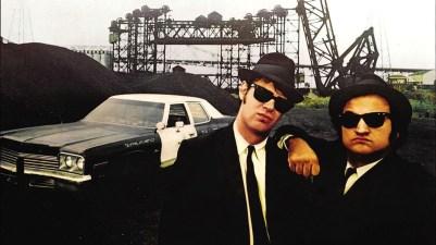 Elwood Blues (Dan Aykroyd) in 'Joliet' Jake Blues (John Belushi) v filmu The Blues Brothers (1980)