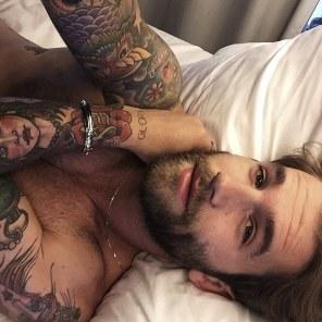 Fotografiraj se v postelji brez majice.