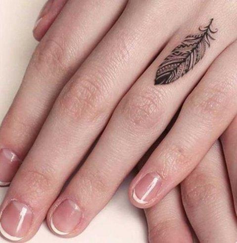 Drobni tatuji na prstih rok