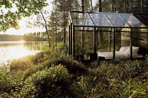 Manjše stekleno bivališče ob finskem jezeru