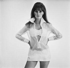 1967, 1968: model Pauline Stone v okrašenih bikinkah in prozorni tuniki