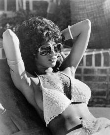 1972, 1973: Pam Grier s kvačkanim bikinijem in velikimi sončnimi očali