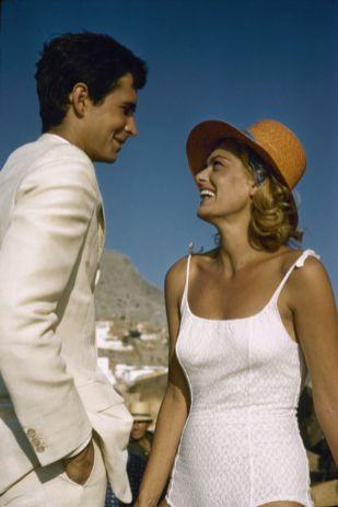 1961: oprijete enodelne kopalke v kombinaciji s pletenim klobukom