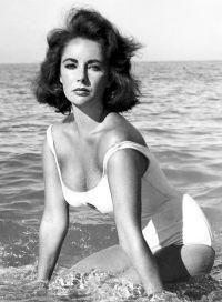 1959: zapeljiva Elizabeth Taylor v belih enodelnih kopalkah