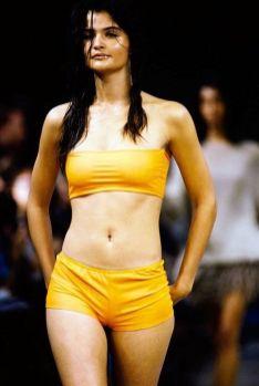 1990: Helena Christensen v minimalističnem 'deškem' bikiniju