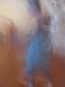 dansende vrouw, wazig, blauwe jurk