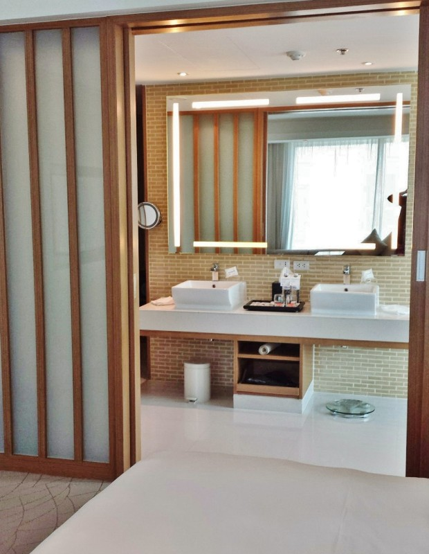 Le meridien chiang mai executive suite bathroom from bedroom