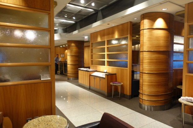 american airlines flagship lounge chicago entrance