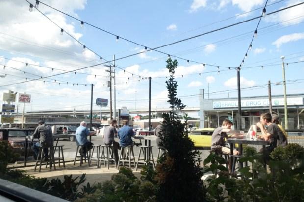 nashville-hot-chicken-hattie-b-west-nashville-outdoor-seating