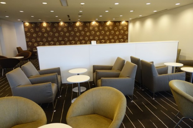 narita-airport-lounge-qantas-business-lounge-seating