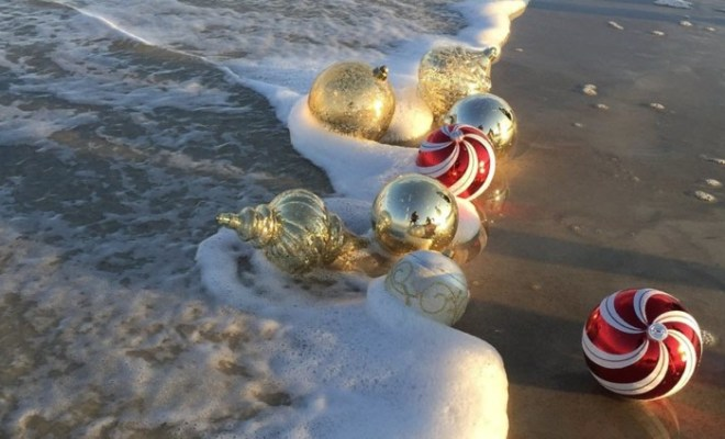 christmas-ornaments-beach-credit-pixabay-minfl3