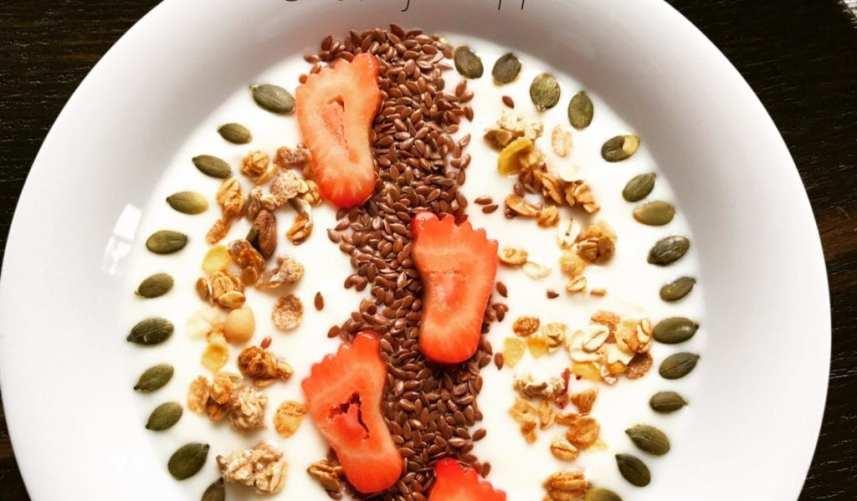Lekker yoghurt ontbijtje met aardbei