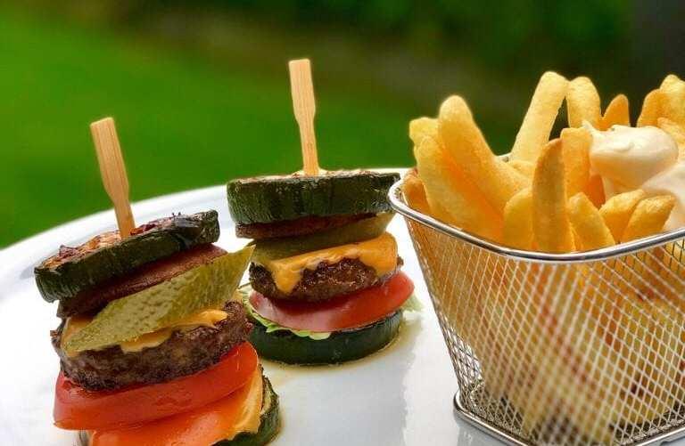 Courgette burgers met franse frietjes