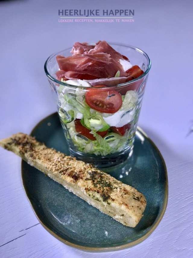 Knoflookbroodje met luxe salade