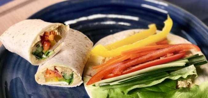 regenboog wrap met verse hummus