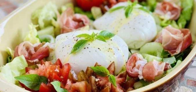 Mediterraanse salade met burrata