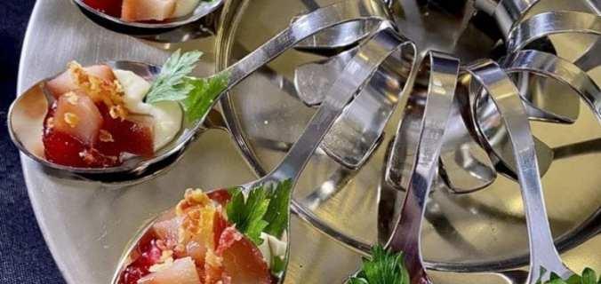 Amuse hapje van stoofpeer met gorgonzola
