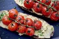 Broodje hummus met geroosterde tomaatjes