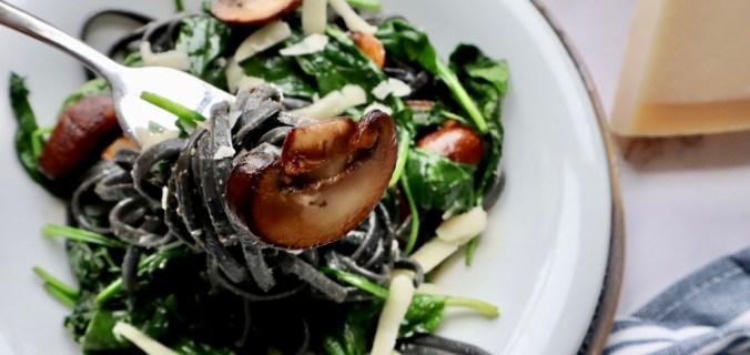 Zwarte pasta met spinazie en kastanjechampignons