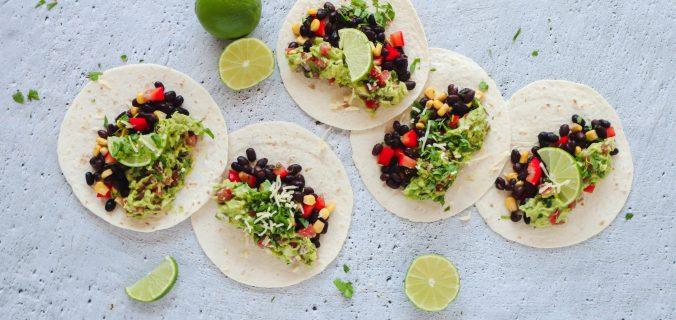 Vegetarische avocado bonen taco