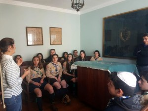 oj esc 001 - Visit of Scouts to the Ohel Jacob Synagogue