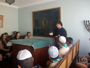oj esc 002 - Visit of Scouts to the Ohel Jacob Synagogue