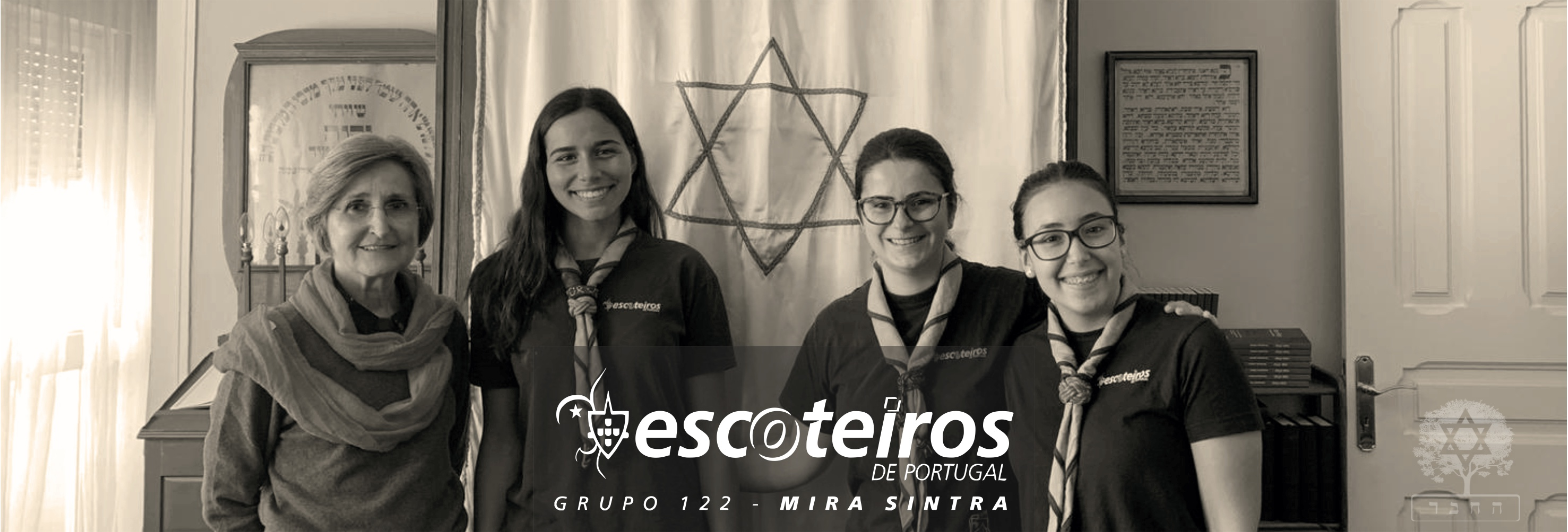 escoteiras header - A group of Girl Scouts in the Ohel Jacob synagogue