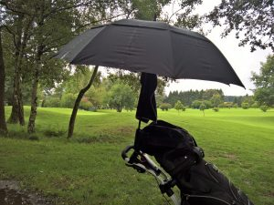 Golfbag unterm Schirm