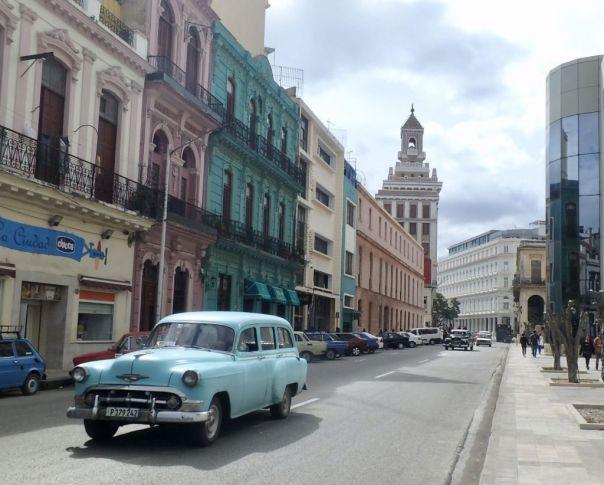 Havana_Cuba_classic_Cars_bacardi_building