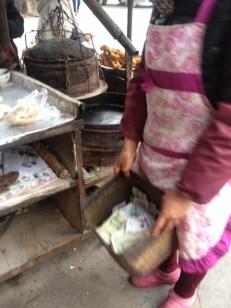 Die Kasse für das frische warme Brot an der Straße