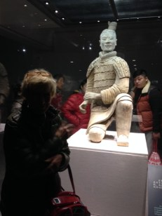In Xi'an kann man Tage verbringen, so interessant ist bei den Terracotta Soldaten. Erst 1974 ist man auf diese Ausgrabungen gestoßen. Erst ein Viertel ist ausgebuddelt. Hunderte liegen noch unter der Erde.Dieser ist der einzig unbeschädigte Soldat .